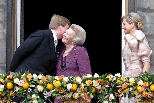 Los nuevos Reyes, Máxima y Guillermo,  junto a la flamante princesa Beatriz saludan al pueblo holandés desde el balcón. Foto: Reuters