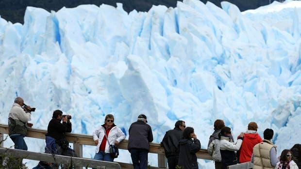 Turistas visitando el Parque Nacional Los Glaciares