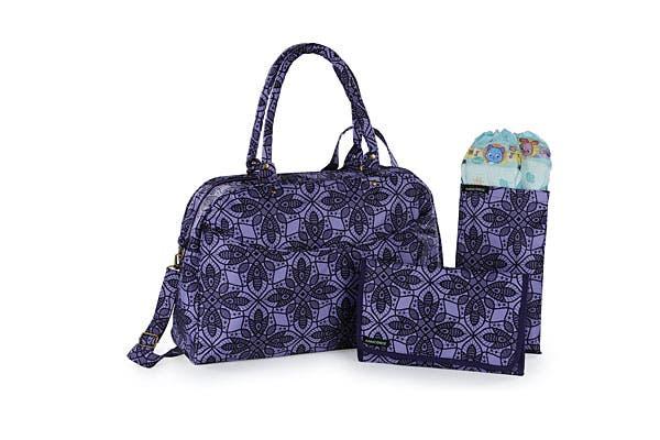 Bolso con flores en violeta, con cambiador y portapañales. ¡Para tener todo bien ordenado! (La Dominga, $460).