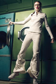Polera con cierre ($ 1390, Complot), pantalón oxford ($ 3250, Jazmín Chebar), zapatillas de cuero bordadas ($ 2500, Arezzo en Grimoldi). Foto: Osky Sorairez