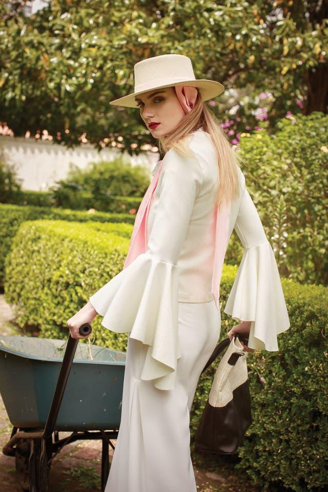Saco (Anónimas), camisa con lazo (Yagmour), pantalón oversize (Las Pepas), cartera bitono (Mishka), sombrero con lazo (Flor Tellado)