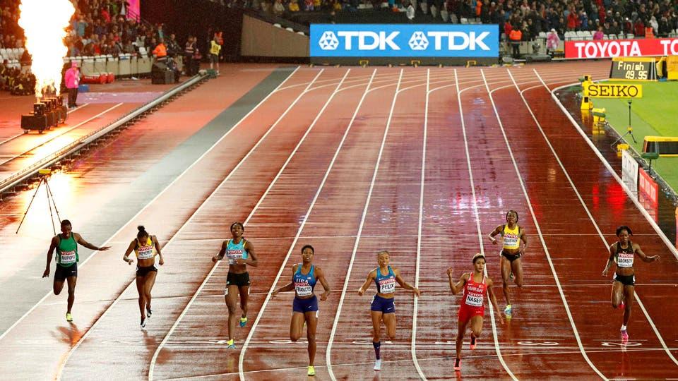 400 metros femenino final - Londres Estadio, Allyson Felix de los EE.UU., Phyllis Francis de los EE.UU. y Salwa Eid Naser de Bahrein cruzar la línea de meta. Foto: Reuters
