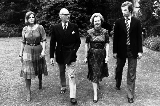 Paseando por los jardines del castillo Scotney en Kent, junto a su marido, Denis, y a sus hijos gemelos, Mark y Carol, marzo de 1979. Foto: Archivo