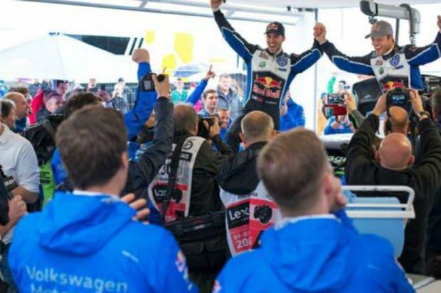 Mikkelsen festeja el triunfo con su equipo
