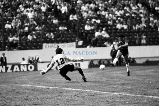 Valdano remata ante Alvez. Foto: LA NACION