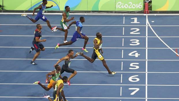 Bolt se impone en la final de los 100 metros