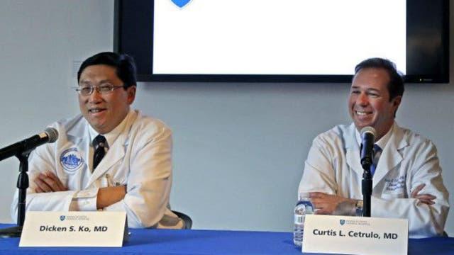 Los doctores Dicken Ko y Curtis Cetrulo, miembros del equipo de más de 50 especialistas responsables de la cirujía