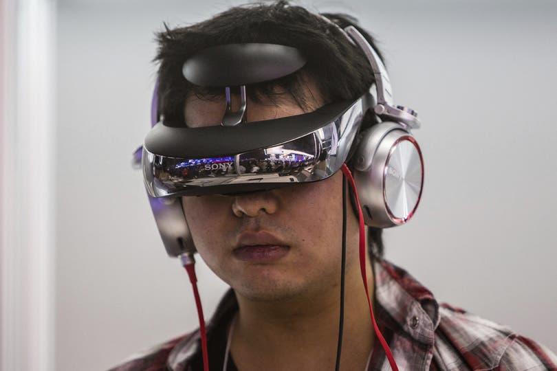 Los anteojos multimedia de Sony siempre llaman la atención, y su presencia en la Tokyo Game Show no pasó inadvertida. Foto: EFE