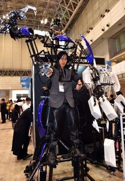 El  exoesqueleto Skelotonics es un traje robótico liviano que se presentó en la Ceatec con el objetivo de demostrar la capacidad de ampliar el alcance de sus extremidades. Foto: AFP