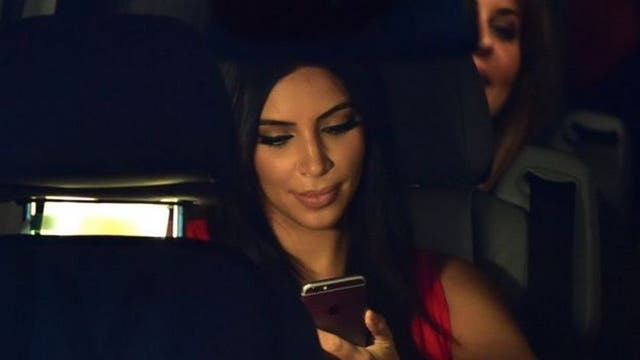 Personajes conocidos como Kim Kardashian conectan sus teléfonos al auto, ¿pueden los hackers acceder a sus datos?