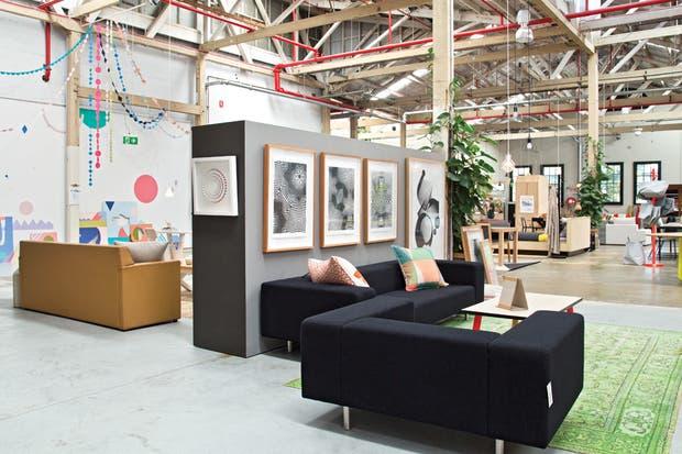 """El showroom de Koskela es amplio y luminoso. Los corredores son anchos, para que nadie se choque y se pueda circular alrededor de los muebles creados por él o por autores australianos que comparten sus nociones sobre el diseño """"honesto"""" y el cuidado del medioambiente.  /Daniel Karp"""