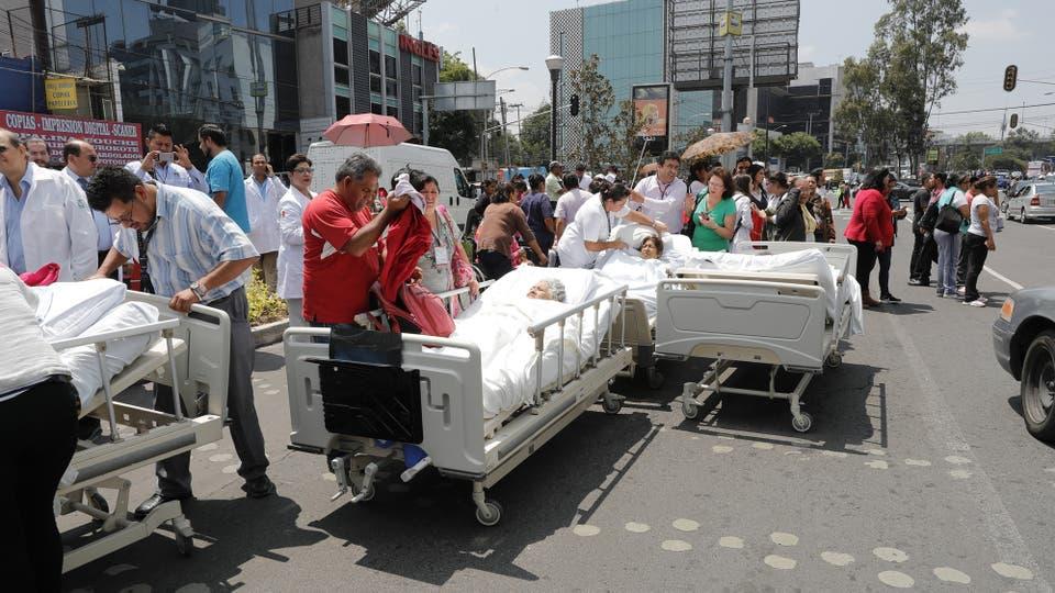 Varios pacientes son evacuados tras un sismo de magnitud 7,1 en la escala abierta de Richter que sacudió la Ciudad de México. Foto: EFE / José Méndez
