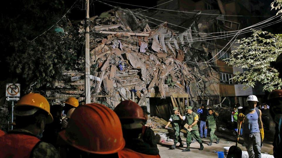Durante toda la noche se trabajó en la remoción de escombros. Foto: Reuters