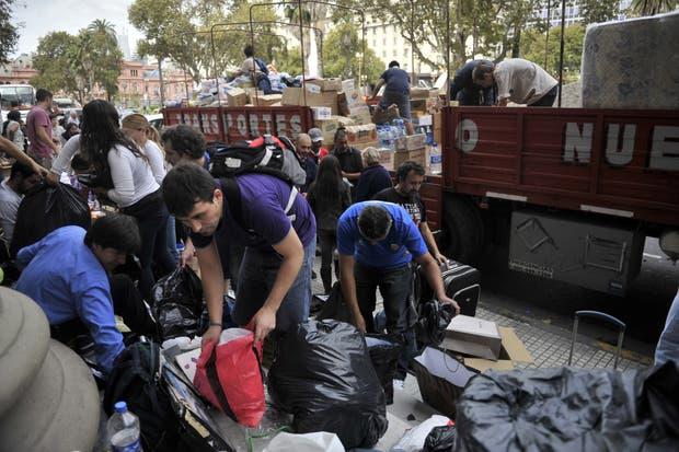 Cientos de voluntarios se pusieron a trabajar para recibir y repartir la ayuda que llega a los centros de acopio