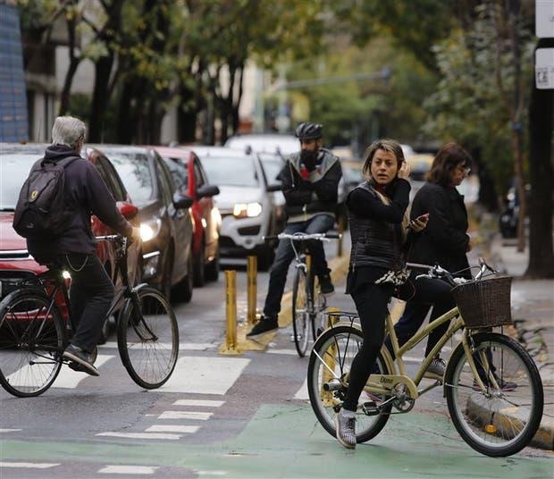 La ciclovía en Billinghurst, casi esquina Perón, con mucho tránsito