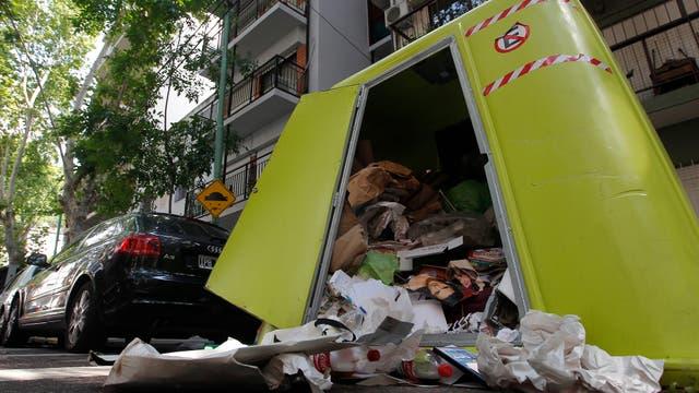 La acumulación de basura provoca desbordes en las campanas verdes