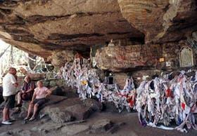 Miles de pañuelos, descoloridos por el paso del tiempo, son testimonio de la fe de los peregrinos
