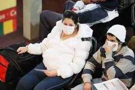 Retiro. Los pasajeros muestran su preocupación y se protegen con barbijos en la estación de ómnibus