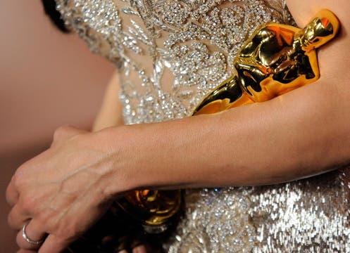 El Oscar en los brazos de Sandra Bullock. Foto: AP