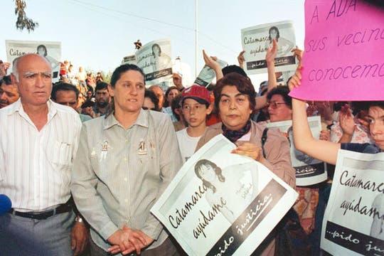 Los padres de la joven, en una marcha en reclamo de justicia, en 1997. Foto: Archivo