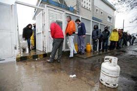 Interminables colas en Mar del Plata para conseguir garrafas; la falta de gas sigue sin solución