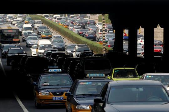 Miles de vehículos esperan en la autopista   que conduce a hacia Beijing, el embotellamiento es de más de 100 kilómetros. Foto: EFE