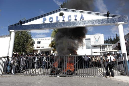 Protesta de efectivos policiales y del Ejército en el Regimiento de Policía Número uno de Quito. Foto: EFE