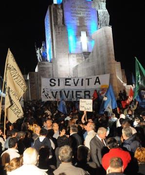 Multitudinaria concentración y minuto de silencio, en homenaje al ex presidente Néstor Kirchner, fallecido hoy, realizado en el monumento Nacional a la Bandera en Rosario. Foto: Télam