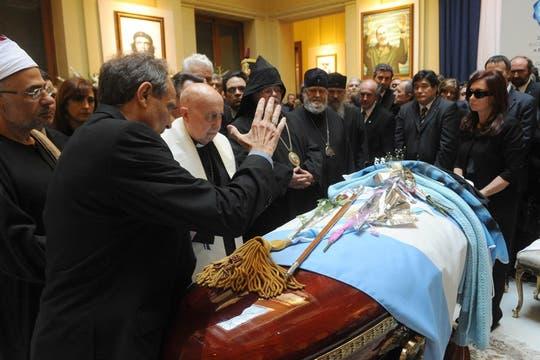 Monseñor Jorge Casaretto dá la bendición a Néstor Kirchner. Foto: Presidencia de La Nación