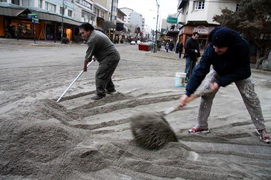 Personal de limpieza de la ciudad remueve grandes cantidades de ceniza volcánica. Foto: dpa