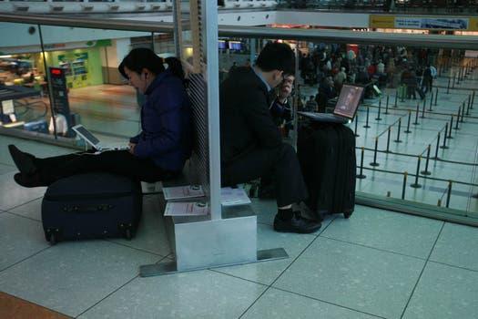 Una imagen repetida desde hace varios días en los aeropuertos de Argentina, personas varadas esperando la reprogramación de los vuelos. Foto: LA NACION / Graciela Calabrese