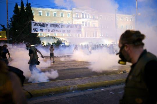 Durante la noche continuaron los enfrentamientos entra la policía y los manifestantes. Foto: EFE
