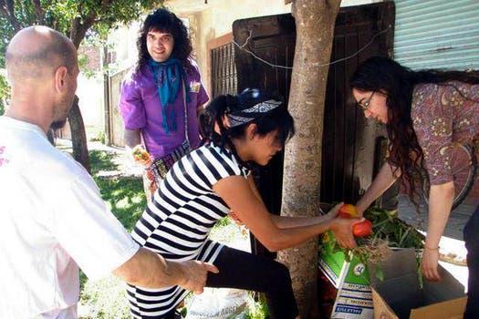 Freeganos recolectando verduras en la localidad de Mercedes, en octubre. Foto: Gentileza Analía Cincotta