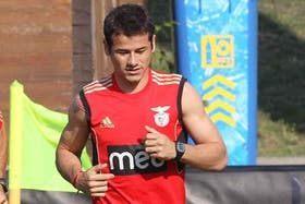 El ex Benfica arribaría este martes a la Argentina