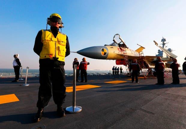 El J-15 es el primer caza chino multiusos diseñado para su uso en portaaviones