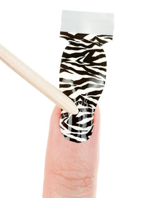 Buscar el tamaño adecuado para cada uña y pegar el sticker. Presionarlo bien con los dedos o el palito de madera.