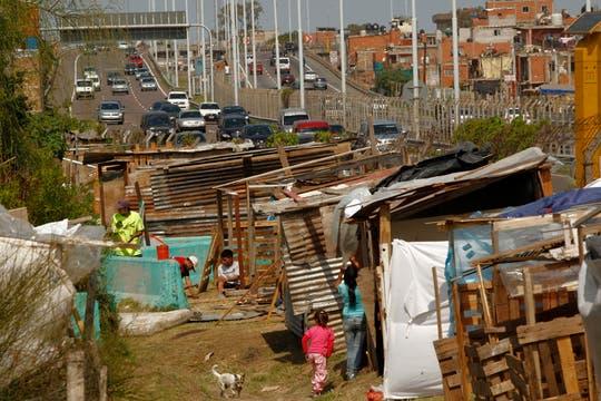 Habitantes de la villa 31 ocupan una parte de la autopista Illia, son alrededor de 100 familias. Foto: LA NACION / Hernán Zenteno