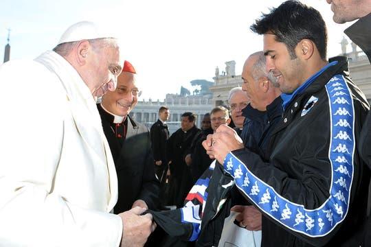 El papa Francisco conversa con una delegación del equipo de fútbol UC Sampdoria en la plaza de San Pedro. Foto: EFE
