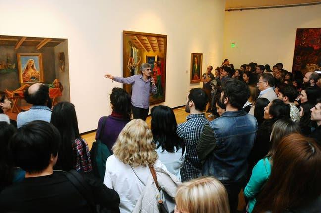 El curador Roberto Amigo guía al público por la sala dedicada a Berni en la última edición de Bellos Jueves. Foto: Gentileza Ministerio de Cultura de la Nación