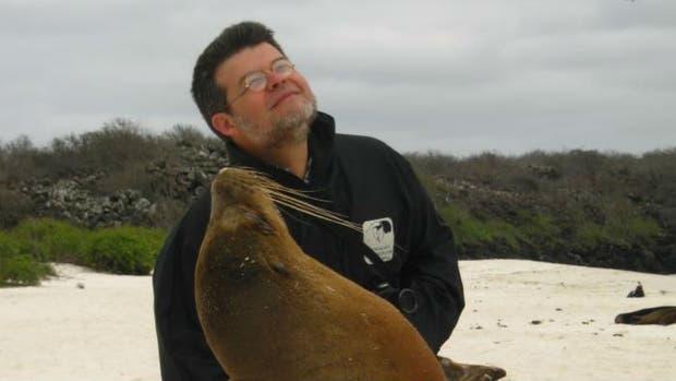 El ambientalista Claudio Bertonatti durante un viaje a Galápagos