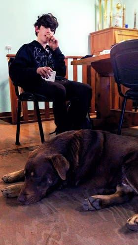 Santino y su perro Chocolate, los protagonistas de una travesía con final feliz