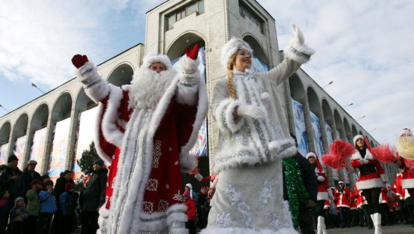 """En Rusia, el """"Abuelo helado"""", -como se conoce a Papá Noel-, proviene de una tradición eslovaca y siempre se lo ve junto a su hija, la """"doncella nieve"""". Foto: Reuters"""