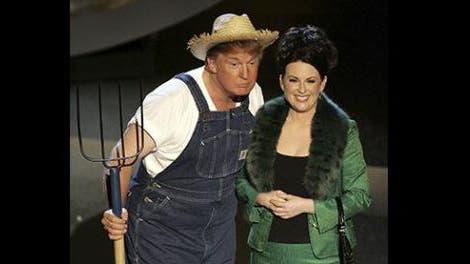 Donald Trump, vestido de granjero al lado de la actriz Megan Mullally, en la 57° entrega de los premios Emmy, en el año 2005