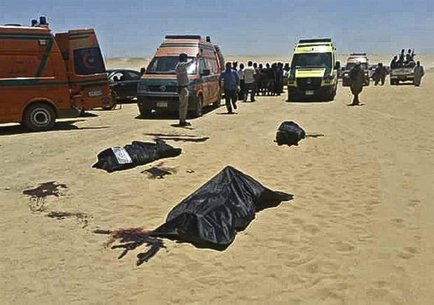 Los cuerpos de algunas de las víctimas del ataque cerca de Menia