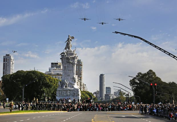Los aviones militares sobrevolaron la Avenida del Libertador