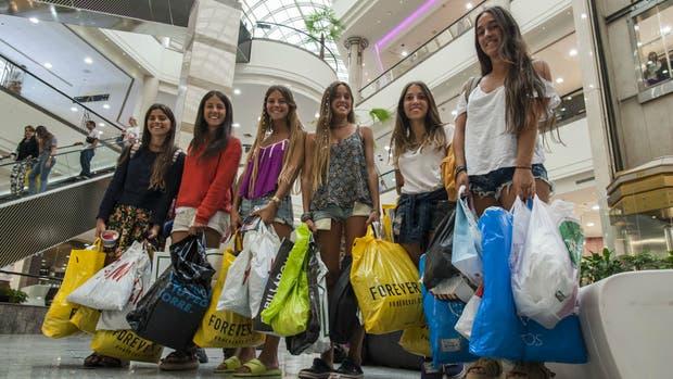 Un grupo de jóvenes de Buenos Aires, de compras en el shopping Alto Las Condes, de Santiago de Chile