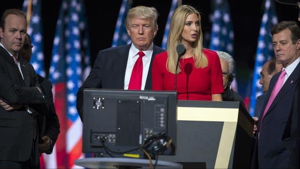 Paul Manafort (derecha), ex jede de campaña de Trump, y su socio Rick Gates (izquierda), en un acto de campaña