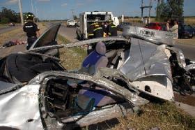 Destruido quedó el automóvil en el que viajaban tres personas que fallecieron ayer en la ruta 88, a unos 12 kilómetros de Mar del Plata