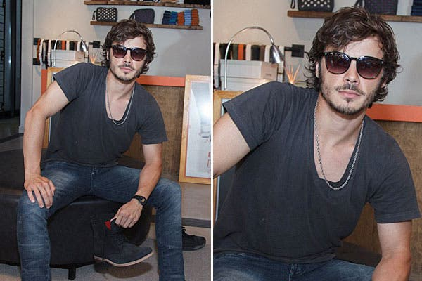 Con un look con prendas básicas, jean y remera negra, Tomás Fonzi pasó por el local de zapatos Chypre. Foto: gentileza Agencia Alo