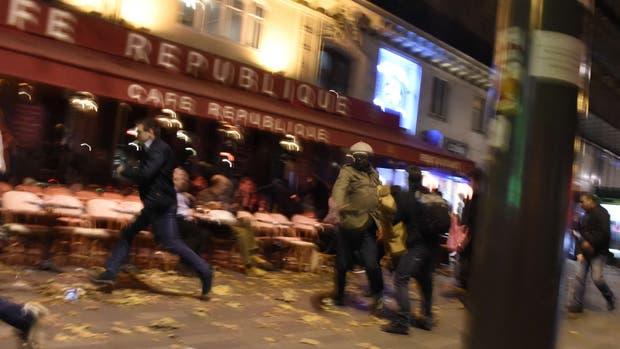 La gente corre en pánico cerca de la Place de la République, en París, tras uno de los ataques terroristas de anoche
